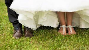 Freie Trauung Noerenberg Juechen Fotoshooting Brautpaar Füße Foto Julia Vogel Photography