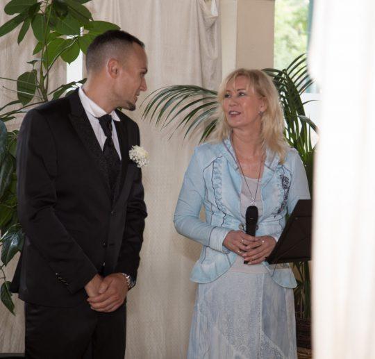 Freie Traurednerin Katja Nörenberg mit Braeutigam Warten auf die Braut Foto Huneida Fotostudio & Design