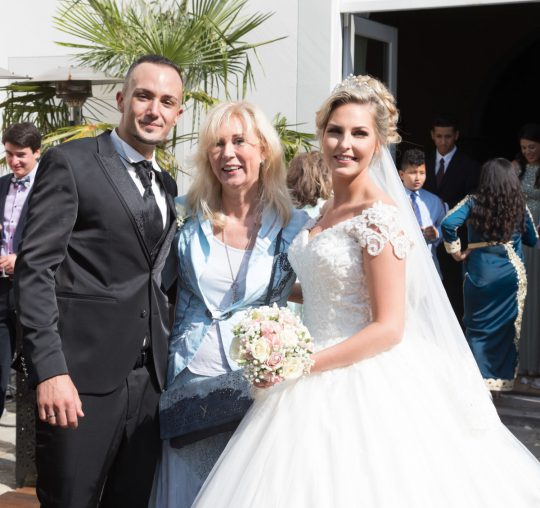 Freie Traurednerin Katja Noerenberg mit Brautpaar nach der Trauung Foto Huneida Fotostudio & Design