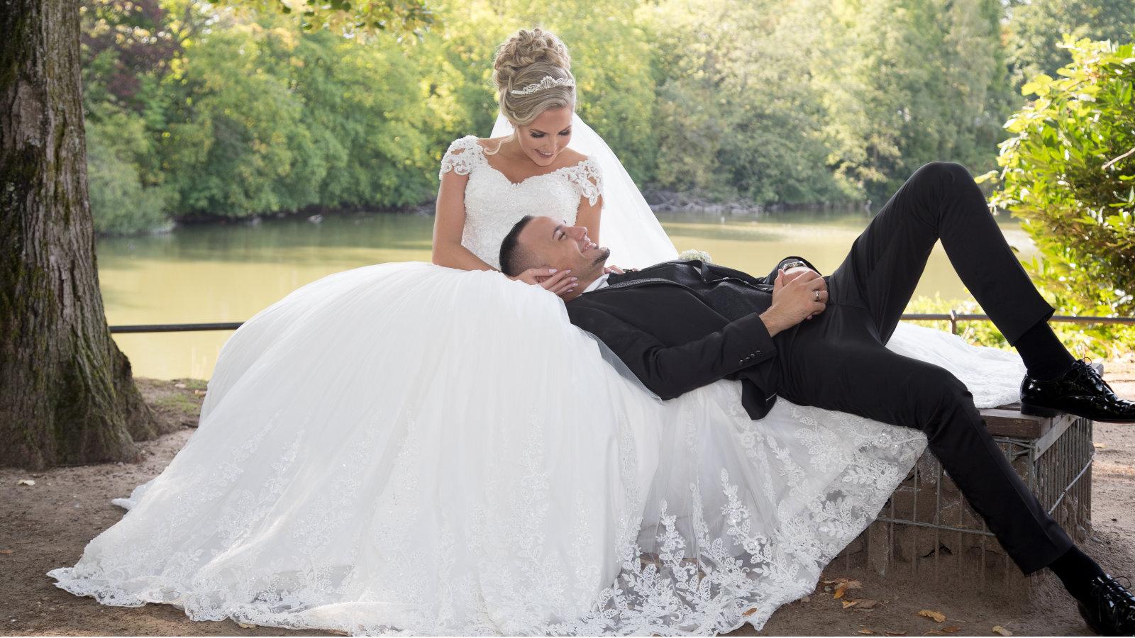 Freie Trauung Noerenberg Duesseldorf Fotoshooting Brautpaar Foto Huneida Fotostudio & Design