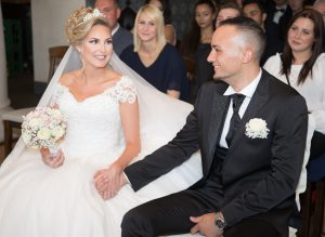 Während der freien Rede verliebter Blick Brautpaar - Huneida Fotostudio & Design