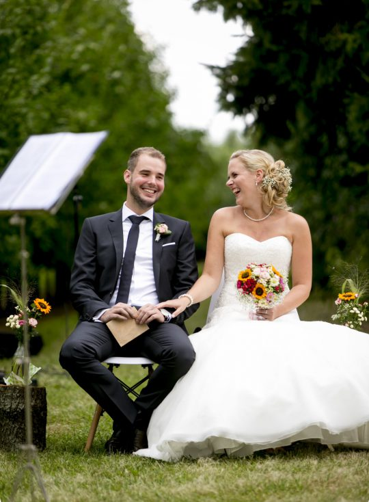 Freie Trauung Nörenberg Juechen lachendes Brautpaar Foto Julia Vogel Photography
