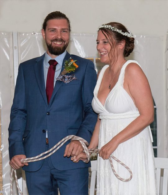 Freie Trauung Noerenberg Roesrath Brautpaar Spaß beim Knotenritual Foto Ralf Hoffmann