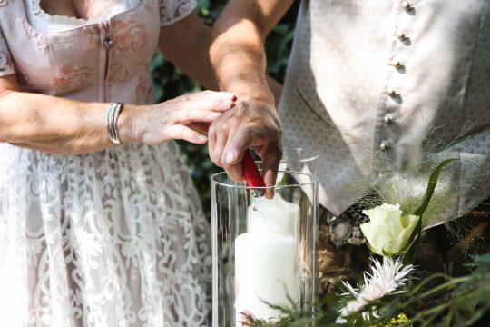 Ritual bei der Trauung Hochzeitskerze Traurednerin Nörenberg Foto Eva Berten Photography