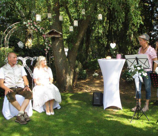 Wenn die Freundin des Brautpaares spricht, hat die Traurednerin Pause - Foto Evat Berten Photography