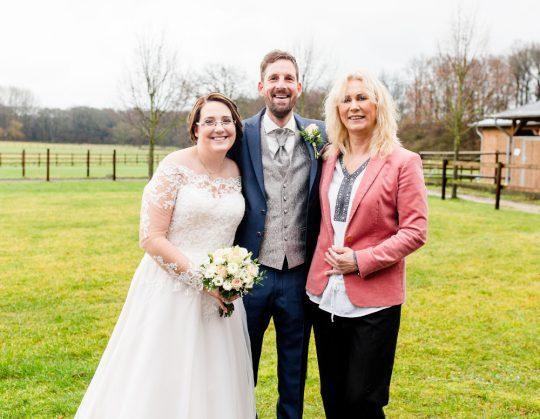 Glückliches Brautpaar mit Traurednerin Katja Nörenberg NRW - Fotografie Anny Muysers