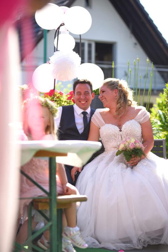Überraschung gelungen - glückliches Brautpaar trotz Corona - Traurednerin Katja Nörenberg - Foto Ralf Piepiora