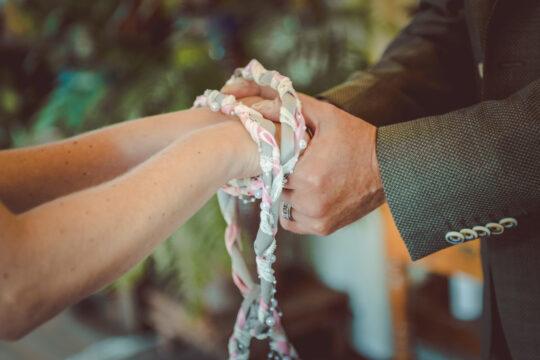 Hochzeitsritual Handfasting - Erneuerung des Ehegelöbnisses mit Traurednerin Katja Nörenberg - Foto Susanne Kurz