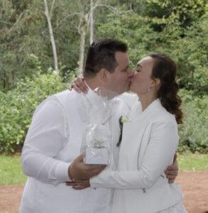 Der Kuss des Brautpaares darf nicht fehlen - Hochzeit