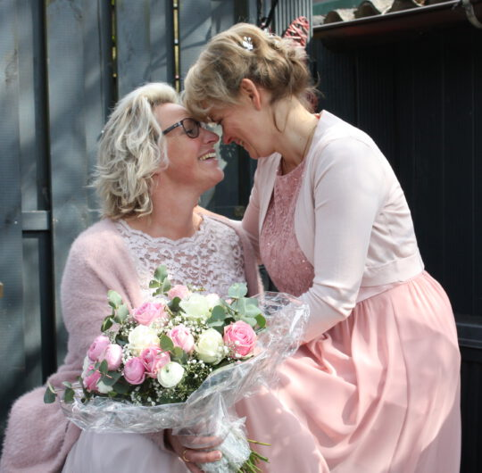 Zwei glückliche Bräute - Tiny Trauung mit Katja Nörenberg